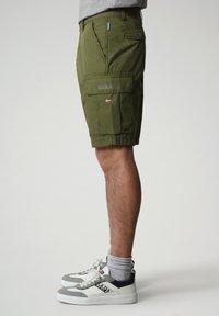 Napapijri - N-ICE CARGO - Shorts - green cypress - 2