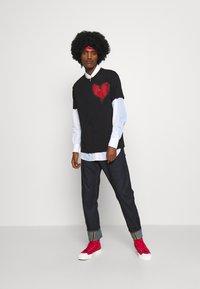 Vivienne Westwood - HEART CLASSIC - Print T-shirt - black - 6