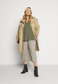 Dorothy Perkins Curve - DOUBLE BUTTON COLLARLESS ROLL SLEEVE - Bluser - khaki - 1