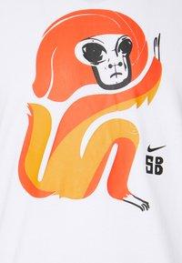 Nike SB - SKATE UNISEX - Print T-shirt - white - 5