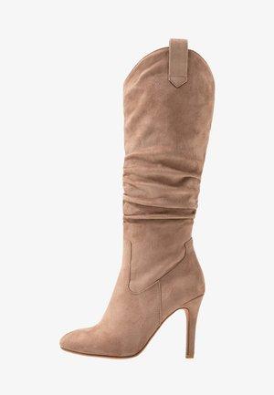 Boots med høye hæler - sand