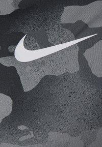 Nike Performance - SLIM CAMO - Triko spotiskem - smoke grey/grey fog - 7