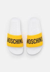 MOSCHINO - UNISEX - Sandalias planas - yellow - 3