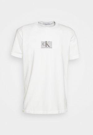 SMALL BOX STRIPE TEE UNISEX - T-shirt z nadrukiem - white