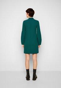 Victoria Victoria Beckham - BANANA SLEEVE SHIFT DRESS - Cocktail dress / Party dress - emerald green - 3