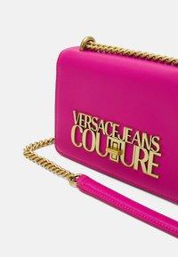 Versace Jeans Couture - SAFFIANO LOCK CROSSBODY - Torba na ramię - paradise - 3