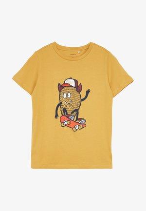 NKMDAWI  - T-shirt z nadrukiem - amber gold