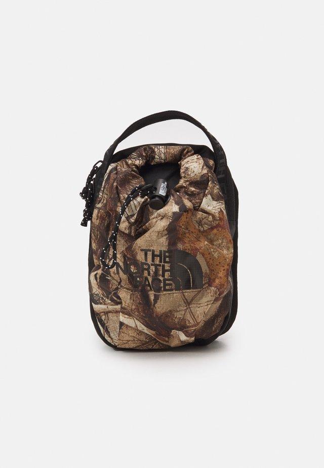 BOZER CROSS BODY UNISEX - Across body bag - kelp tan/forest/black