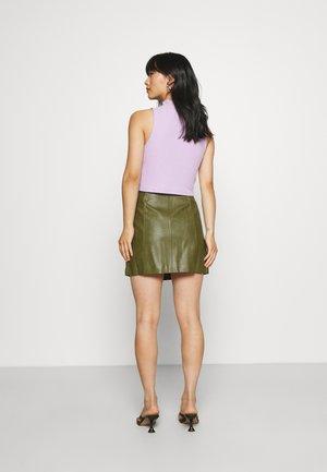 PCFRANIA SKIRT - Minifalda - winter moss