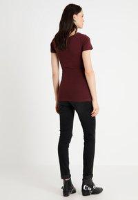 Zalando Essentials Maternity - Basic T-shirt - berry - 2