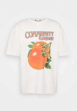 SALT TOMATO TEE - Print T-shirt - ecru