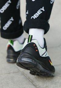 Nike Sportswear - AIR MAX 98 - Sneakersy niskie - platinum tint/black/electric green/bright crimson - 7