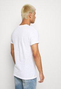 Topman - 5PACK - T-shirts basic - white/dark blue/blue - 3