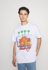 Vintage Supply - VINTAGE BEACH BOYS GRAPHIC UNISEX - Print T-shirt - white - 0