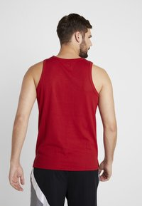 Jordan - 23ALPHA BUZZER BEATER TANK - Toppe - gym red/black - 2