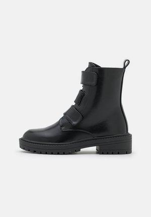 STANLEY - Kotníkové boty - black