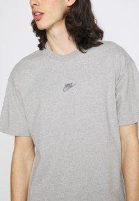 Nike Sportswear - TEE PREMIUM ESSENTIAL - T-paita - grey heather - 3