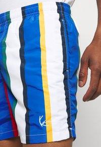 Karl Kani - SIGNATURE STRIPE - Shorts - white/blue - 3