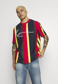 Karl Kani - SIGNATURE STRIPE TEE - Print T-shirt - yellow/navy/green/red - 0