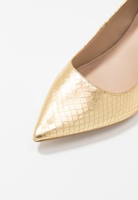 Guess - GALYAN - Klassiske pumps - gold - 2