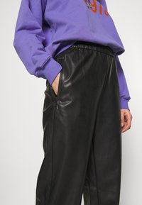 Weekday - DEANNA TROUSER - Trousers - black - 4
