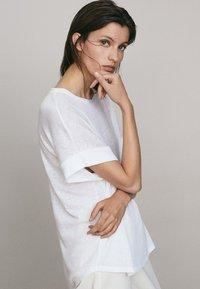 Massimo Dutti - UMSCHLAG  - Basic T-shirt - white - 2