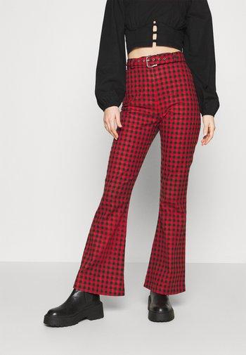 GINGHAM FLARES BUCKLE BELT - Pantalon classique - red/black