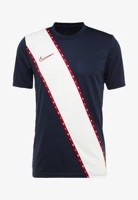 Nike Performance - DRY - T-shirt med print - obsidian/gym red - 3