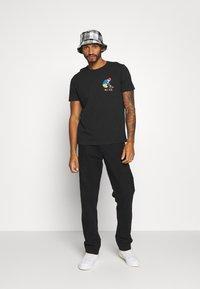 Nudie Jeans - ROY - T-shirt med print - black - 1