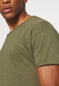 Nudie Jeans - ROGER - T-shirt basic - green - 5