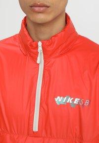 Nike SB - ANORAK PACK HOOD - Windbreaker - vintage coral/light bone/hyper royal - 7