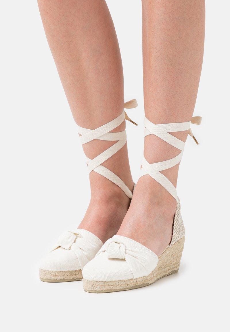 JUTELAUNE - KNOT VEGAN - Platform sandals - beige