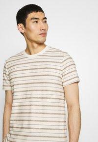 Folk - TEXTURED STRIPE TEE - Print T-shirt - ecru woad - 3