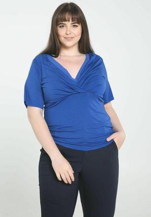 TOP WITH DRAPED NECKLINE - Print T-shirt - blue