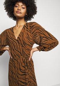Faithfull the brand - FLORIAN WRAP DRESS - Denní šaty - kenya - 3