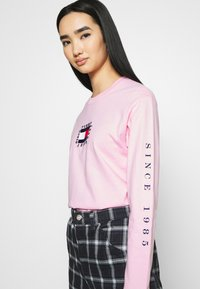 Tommy Jeans - FLAG LONGSLEEVE - Long sleeved top - romantic pink - 3