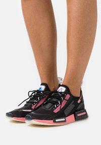 adidas Originals - NMD_R1 SPEEDLINES BOOST SHOES - Joggesko - core black/haze rose/grey two - 0