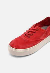 Natural World - Sneakers basse - rojo - 7