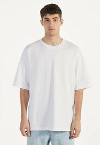 Bershka - Jednoduché triko - white - 0