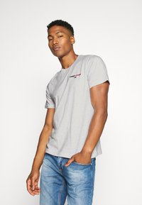Tommy Jeans - CHEST CORP TEE UNISEX - T-shirt med print - silver grey - 0