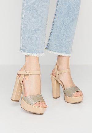 Sandaler med høye hæler - sand