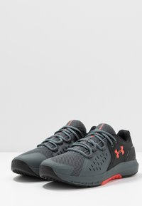 Under Armour - CHARGED COMMIT TR 2.0 - Sports shoes - black/pitch gray/martian red - 2