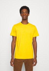 Selected Homme - SLHNORMAN O NECK TEE  - T-shirt basic - mango mojito - 0