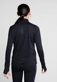 Nike Performance - MIDLAYER RUN - Camiseta de deporte - black/white - 2