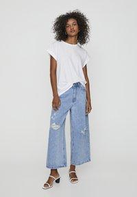 PULL&BEAR - MIT ZIERRISSEN - Široké džíny - light blue - 1