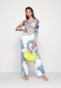 Jaded London - PRINTED SLOUCHY FIT CLOUD PRINT - Straight leg jeans - blue/white - 1