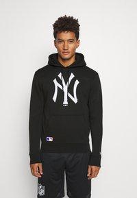 New Era - NEW YORK YANKEES MLB INFILL LOGO HOODY - Squadra - black - 0