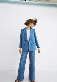 Massimo Dutti - MIT HOHEM BUND UND WEITEM BEIN - Flared Jeans - dark blue - 1