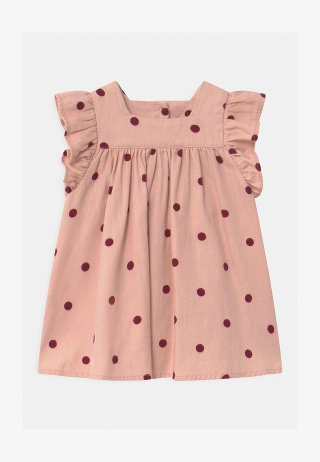 BETTY  - Denní šaty - peach whip/noir grape/ollie spot