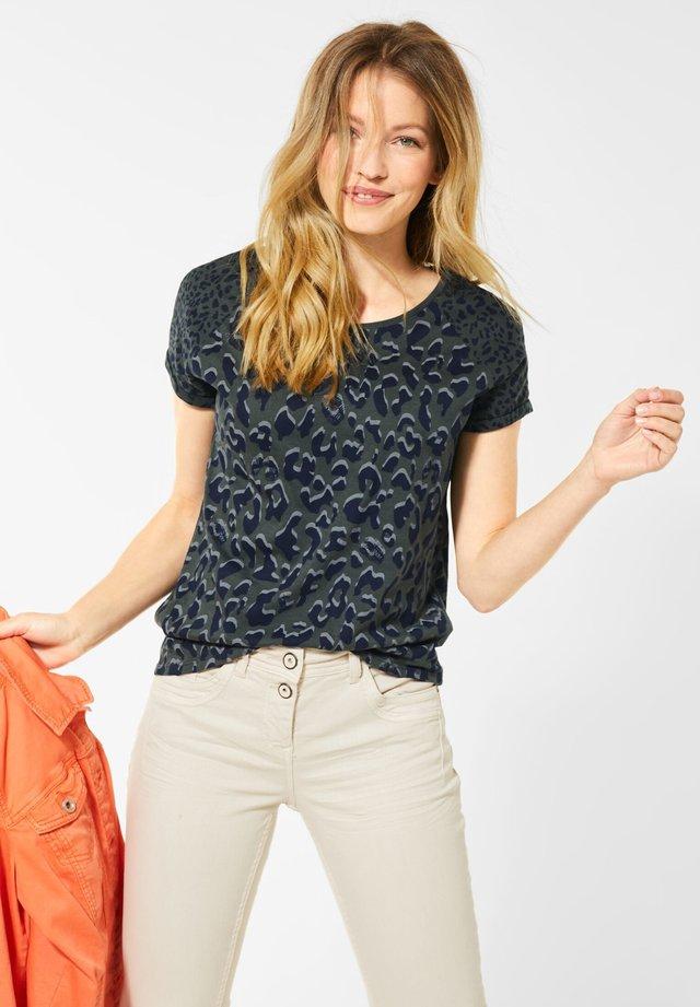 MIT LEO-MUSTERMIX - T-shirt med print - grün